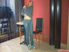 Эмилия 18 в оранжевый трико