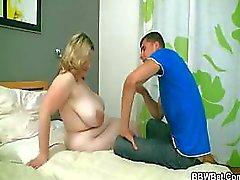 Han bryter sig in i hennes hus och slår hennes feta fitta
