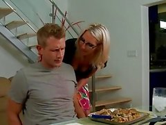 Blonde babe dans les verres Emma Starr donne titjob