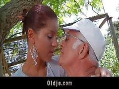 Grande dick Oldman fode com a sua a namorada muito jovem de sexy