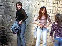 Jeunes filles décollent culottes urinent en plein air trois