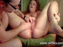 Tuhaf ev kadını vahşice iki delik yumruklu