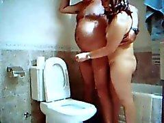 handjob i badrummet med Adriana