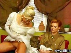 Noiva bukkaked por suas amigas lésbicas com brinquedo