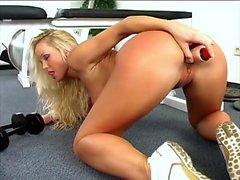 Blonde gudinna i stora bröst Silvias Sankt pleases herself i gymmet
