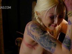 Sidottu tatuoitu orja tyttö vaimennettuna ollessaan sidottu BDSM porno