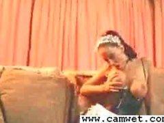 Große boobed Dienstmädchen Nikki Nova ärgert in der Uniform Damenslips und Besatz