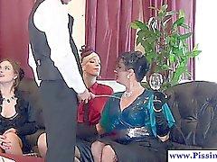 Vier bezaubernde anpissen Freunde und ihrer Butler