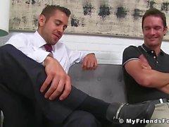 Jock Nasty se masturbe en léchant les pieds de son amant