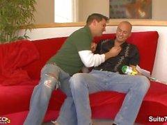 Sexigt gift grabben Brad Benton gör blowjob och får stum knullad samt sprutad