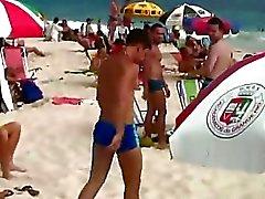 Kaksi söpö homo pojat tapasivat toisensa rannalla ja haluaa olla ase