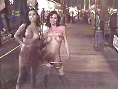 Mindy e di di Crissy lampeggianti pubbliche