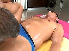 Gay hunk le gusta obtener su túnel anal atornillado