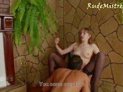 Ella le hace chupar su Dick