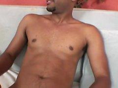 Nette schwarze Stud bekommt völlig nackt und streicht seine große Welle auf dem Sofa