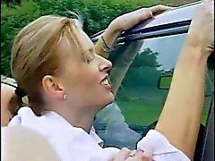 Lésbicas britânicas lavar um carro, em seguida obtê-lo em seu interior.