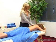 Daphne Rosen dá seu cliente uma massagem
