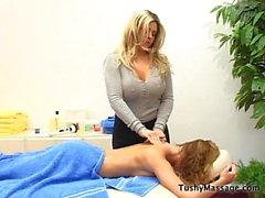 Дафны Росен дает ее подзащитного массаж