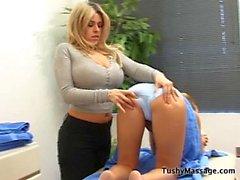 Daphne Rosen müşterisine masaj yapıyor