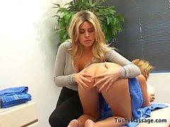 Daphne Rosen gibt ihr Kunden eine Massage