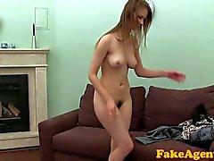 FakeAgent de HD Menina tímida que cabeluda mato