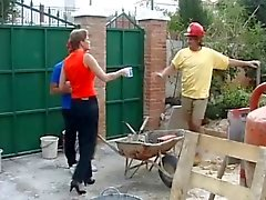 Zwei Bauarbeiter bumsen ein Englisch Hausfrau