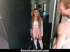 ExxxtraSmall - Horny Babe saa DP: n puuseppäiltä