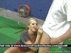 Младший Блондинка чувственный шлюха на теннисный корт приобретает миньет