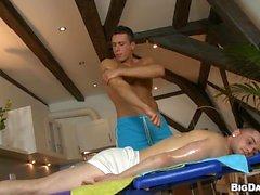 Recebendo pouca ahole tenso cheio neste massagem