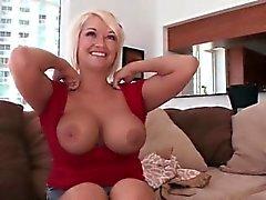 maman chaude joue avec ses gros seins et la chatte