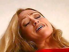 Бейб в шланге распространяет бедрах чтобы показать ее похотливое клитором