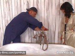 PARADIS FILMAR Black Angelika suger som rörmokaren torra