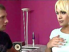 Blonde shemale Kim Bella anal schlug