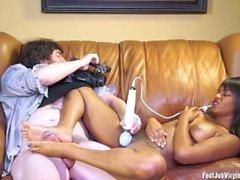 Amador menina Skyla dando um footjob enquanto se masturba