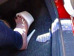 Bir aşağılık mahzeni kapı ile azarı hak silip süpürmek - prick ayaklarını görüntüler