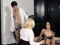 Hot babes Leanna Victoria conosce come si prega il loro padrone