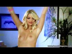 Un canapé Tan qu'une blonde remous et lingerie sexy , Jana en Jordanie est de