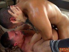 Muscle gay sexe anal et éjaculation