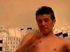 Jungen unschuldiger Junge Ruckeln seinen riesigen Schwanz und die Einfügen eines riesen Dildo !