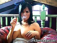 Impressionnante fumer Gal prêt pour le sexe