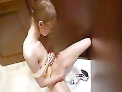 Masturbação da vagina adolescente com bidé