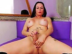 Bubble Butt reife Shemale masturbiert ihren großen fetten Schwanz