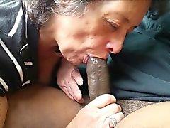 Aficionado de abuelita comiendo un pendejo negro