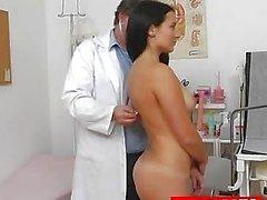 Edad el médico GYN propaga el coño joven lirio