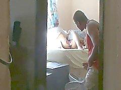 vrouw verleiden jongen in huis ( verborgen blik )