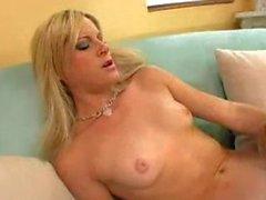 Entzückender blondes chicks pussylicking auf dem Sofa
