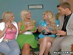 Viehättävä kokeneita mirri syöminen vaaleita milfs Puma Swede , Kylie ja : Pornsharing nude videon
