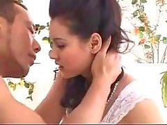 Beyaz Dress Kissing de Brunette Kızı ayaklı fazla On the Bed 69 Sucking ile birlikte parmaklı