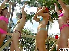 Arousing college girls desnudaron y follada junto a la piscina