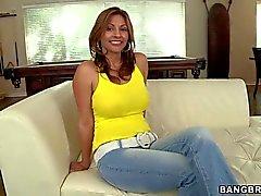 Suuret meloned Latinassa Lisa riisuu alas hänen vaaleanpunaista panties